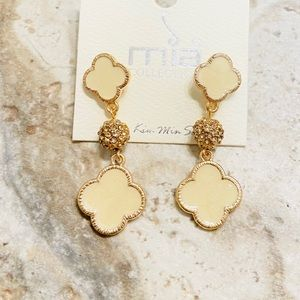 SOLD ✨NEW✨Cream & Gold Crystal Earrings!